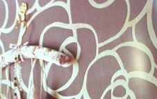 Papel pintado, vinilos, cuarterones: la decoración de moda para el hogar