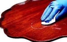 Elimina las manchas de vasos en mesas de madera