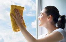 Quita las manchas persistentes de las ventanas