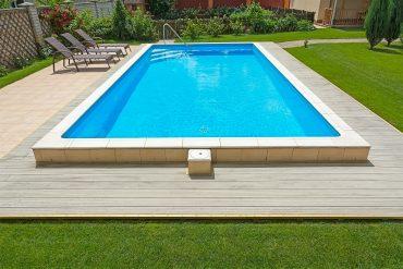 Césped natural en la piscina de la comunidad de vecinos