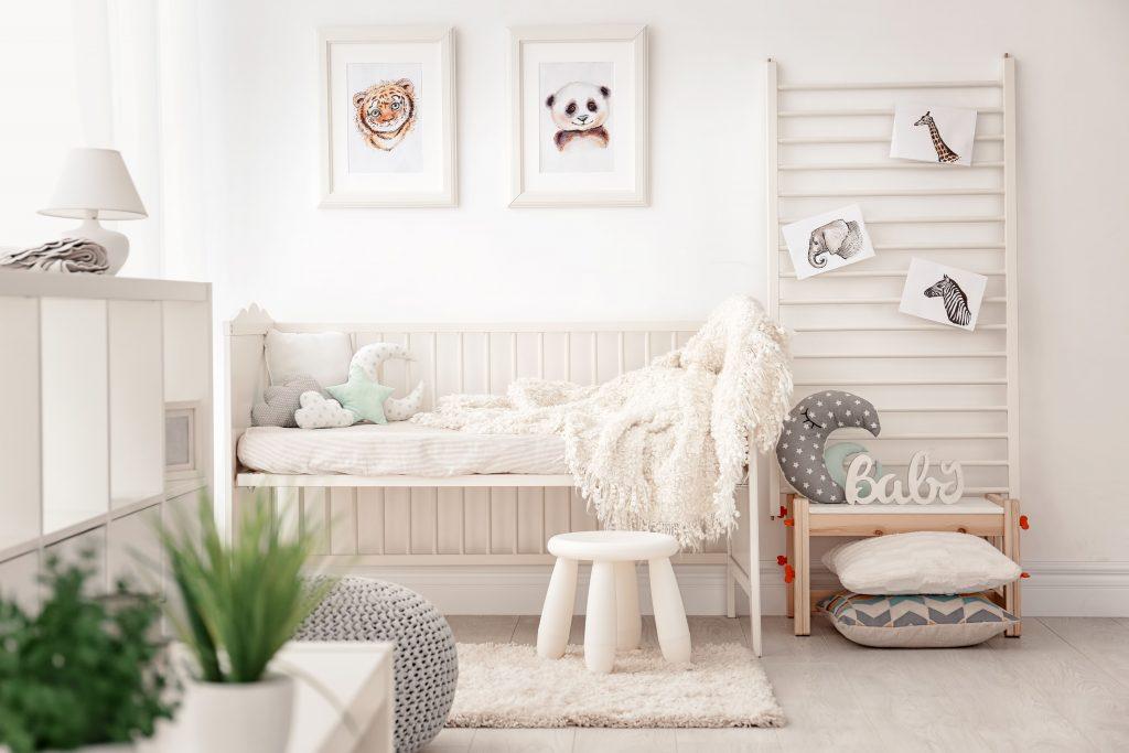Habitación infantil blanca y gris