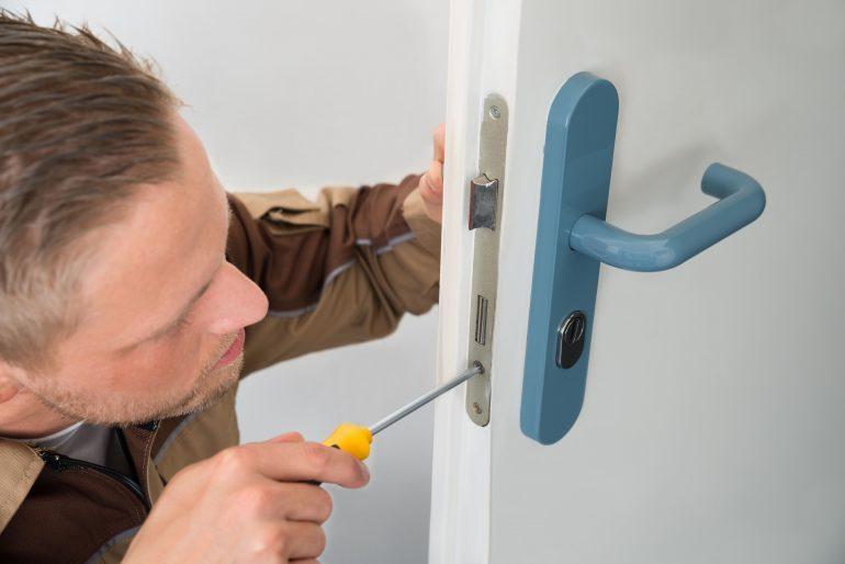 Cómo desmontar una cerradura de puerta