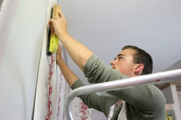 Cómo colocar papel pintado en pasillos