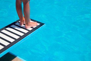 instalar trampolín en la piscina